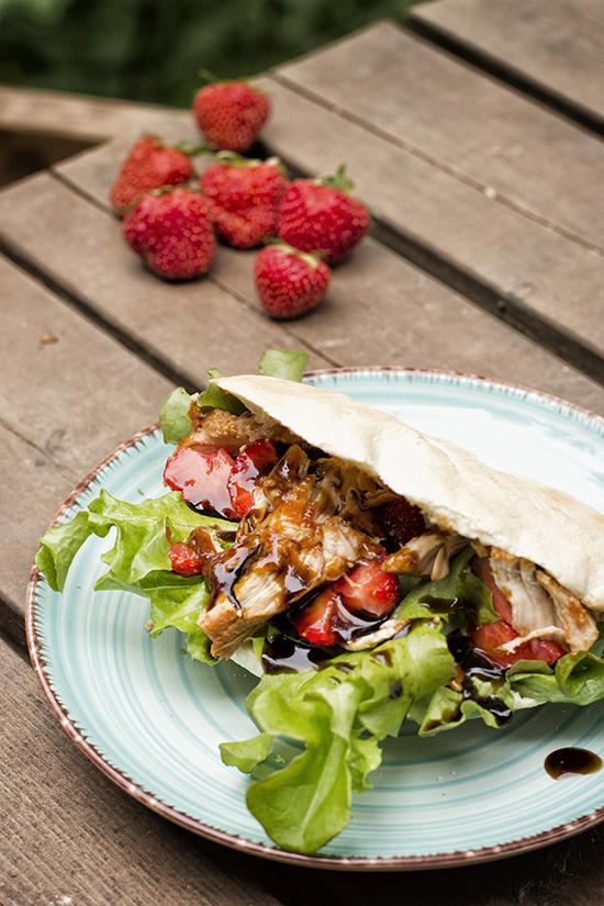 Pita con Pulled Chicken y balsámico con fresas